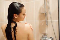 淋浴在阵雨客舱小卧室封入物的女孩 少妇照料卫生学在卫生间里 图库摄影