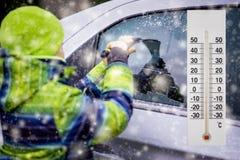 温度计或气象显示在车展低温附近的冬天 免版税库存照片