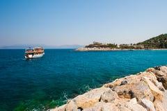 游人在小船,游艇,在岸附近的船航行了 免版税库存图片