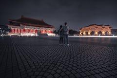 游人在晚上敬佩自由广场 台北台湾 免版税库存图片