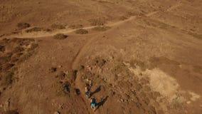 游人愉快的夫妇在马德拉海岛上远足 4k英尺长度 寄生虫在他们,顶视图上 股票视频