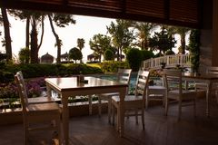游廊有饭桌和庭院视图 库存例证