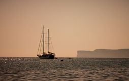 游艇在海,山景,人们在小船附近航行 库存图片