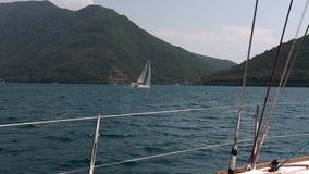 游艇的看法,做回旋在亚得里亚海 在卷下的游艇 股票录像