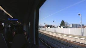 游遍有里面通勤者的伦敦郊区的火车,伦敦,英国 股票录像