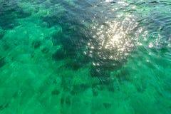 清楚的透明绿松石海水表面与小波浪的 免版税图库摄影
