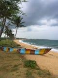 渔夫在印度洋岸的小船piroga 汉班托塔,斯里兰卡 免版税库存图片