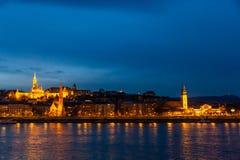 渔夫的本营夜照明设备和它的反射在多瑙河在布达佩斯,匈牙利 库存图片