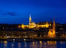 渔夫的本营夜照明设备和它的反射在多瑙河在布达佩斯,匈牙利 免版税库存图片
