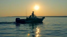 渔夫驾驶小船发现一个钓鱼的地方 4K 影视素材