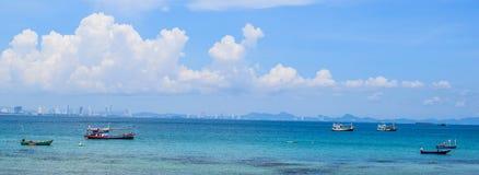 渔船在酸值Lan、芭达亚、泰国和好漂亮的东西或人的海 库存图片