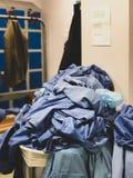 溢出与外科的衣服提袋在一家医院洗刷在英国-不整洁环境的更衣室  免版税库存图片