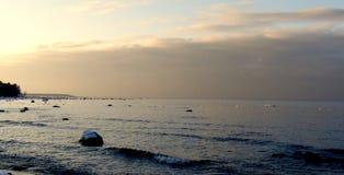 滚动在海滨的懒惰波浪 免版税库存照片