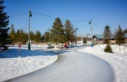 滑冰在一串冰冷的足迹的人们 库存图片