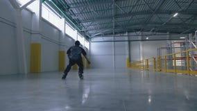 滑旱冰人在慢动作和秋天内获得成功在后勤中心 股票录像