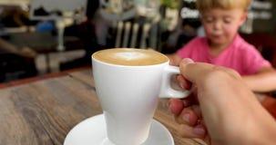 演奏孩子的杯子可口热奶咖啡背景 股票视频