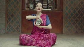 演奏冥想的印度音乐的迷人的妇女 股票视频