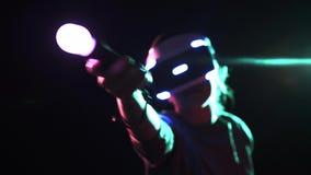 演奏VR耳机的妇女打手势移动控制器的 股票录像