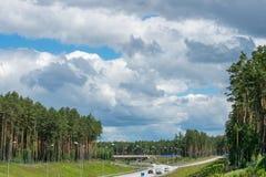 柏油路的看法 与高速公路的横向 免版税库存照片