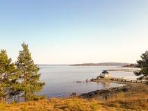 某处一间小木客舱在挪威海湾,奥斯陆,挪威 免版税库存图片