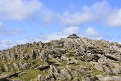 查寻对牡鹿碎片石山顶,湖区 库存图片