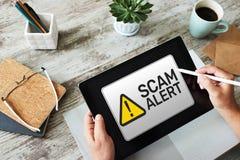 查出警告的诈欺戒备 在设备屏幕上的通知 库存图片