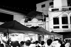 柔佛州,马来西亚- 2019年2月:在春节期间,massivepeople或汽车起动销售市场街道场面在Pasar克拉的 库存图片