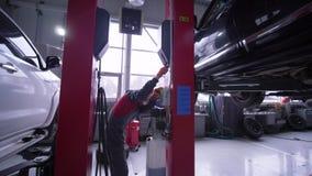 服务站,技术员人在汽车车间培养在推力的汽车维护的 影视素材