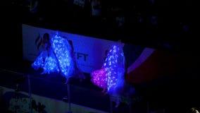 服装的女孩舞蹈家有霓虹灯的在阶段执行 股票录像