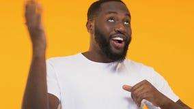 挥动逗人喜爱的非裔美国人的人跳舞和,得到熟悉在党 影视素材