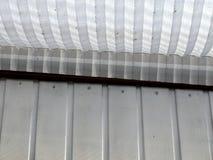 木封檐与纸山脊天窗快门的被绘的白色 免版税库存照片