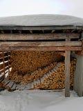 木柴在屋顶下 免版税库存图片