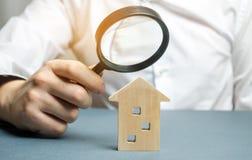 木房子和放大镜 物产估价 位置选择建筑的 搜寻概念的议院 搜索 图库摄影