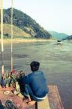 木筏航行的人在湄公河,老挝下 免版税库存照片