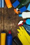 木表面上的清洁产品,在头顶上 家庭清洁概念 顶视图 从上 复制空间 免版税库存图片