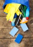 木表面上的清洁产品,在头顶上 议院清洁概念 顶视图 从上 免版税库存照片