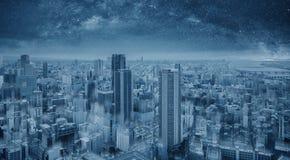 未来派蓝色聪明的城市在晚上,满天星斗的天空 聪明的城市和技术背景 免版税库存图片