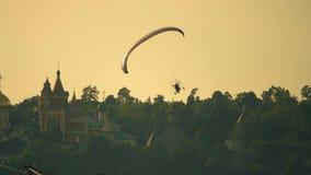 未知数供给滑翔伞飞行动力反对古老俄国修道院 股票录像