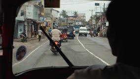 本托特斯里兰卡2月09日2019年:从tuk tuk里边的看法,人力车司机三转动亚洲出租汽车,推进路 影视素材