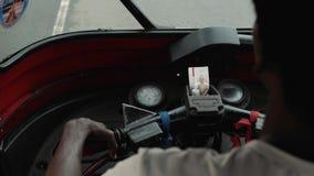 本托特斯里兰卡2月09日2019年:从tuk tuk里边的看法,人力车司机三转动亚洲出租汽车,推进路 股票视频