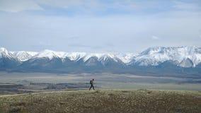 挑运的极端旅客沿山平原走 有效的生活方式 股票视频