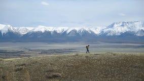 挑运的极端旅客沿山平原走 有效的生活方式 影视素材