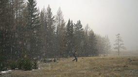 挑运的旅客从降雪的云杉的森林出来 有效的生活方式 股票视频