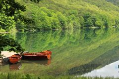 有两条小船的Biogradska古拉湖 图库摄影