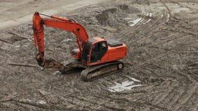 有一台手提凿岩机的挖掘机在建筑 股票录像