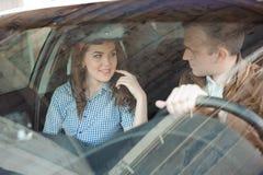 有一帅哥的美丽的女性技工汽车的 免版税库存照片