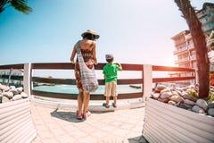 有一童颜的妇女在海 免版税库存照片