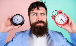 有人不剃须的困惑的面孔变动的时间的问题 改变的时区影响健康 时区 branden 库存照片