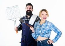 有了不起的时间一起 人有胡子的行家和女孩 准备和烹饪 野餐烤肉 食物烹调 免版税图库摄影