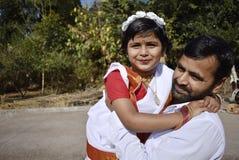 有他的女儿的一个骄傲的父亲 免版税库存照片